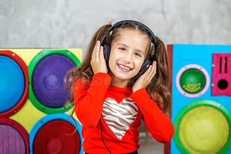 Download Vrolijk Kind Die Aan Het Lied In De Hoofdtelefoons Luisteren Concept Stock Afbeelding - Afbeelding bestaande uit leisure, kinderjaren: 107702469