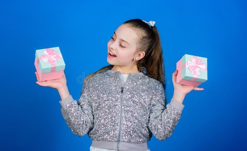 Vrolijk kind E Klein meisje met huidige doos Tweede kerstdag Kerstmis die, idee voor uw ontwerp winkelt verrassing stock afbeelding