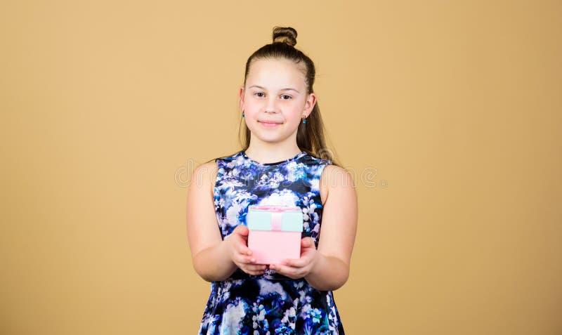 Vrolijk kind Meisje met Gift verrassing De Dag van kinderen gelukwens Gelukkige Verjaardag De viering van de vakantie royalty-vrije stock afbeeldingen