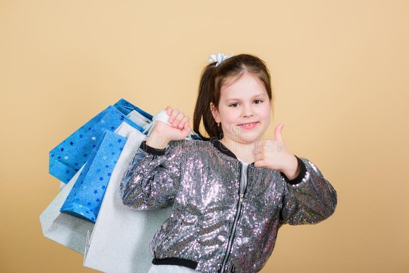 Vrolijk kind Meisje met giften Verkoop en Kortingen kleinhandels De besparing van de vakantieaankoop Manier en Stijl stock afbeeldingen