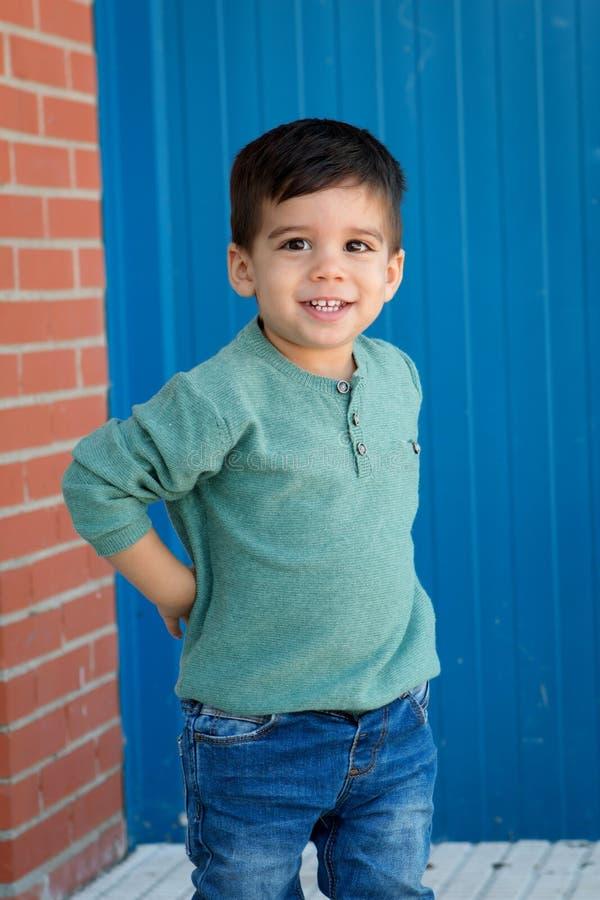 Vrolijk kind met twee jaar op de straat stock foto