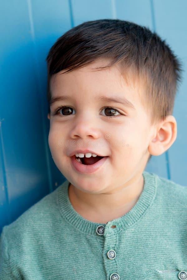 Vrolijk kind met twee jaar op de straat stock foto's