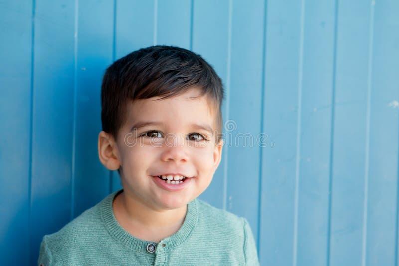 Vrolijk kind met twee jaar op de straat royalty-vrije stock afbeelding