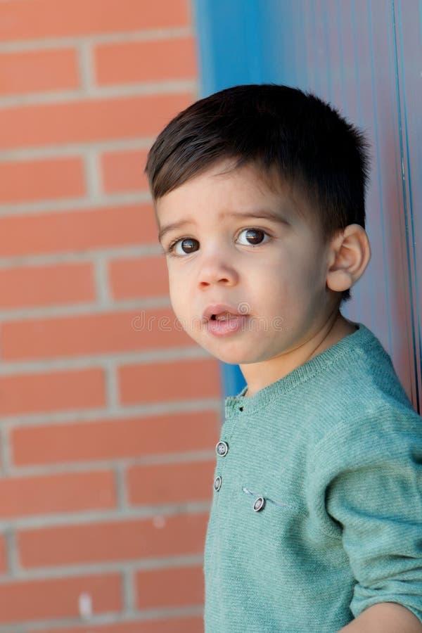 Vrolijk kind met twee jaar op de straat royalty-vrije stock foto