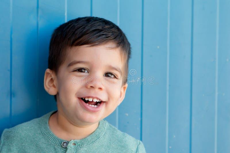 Vrolijk kind met twee jaar op de straat stock afbeeldingen