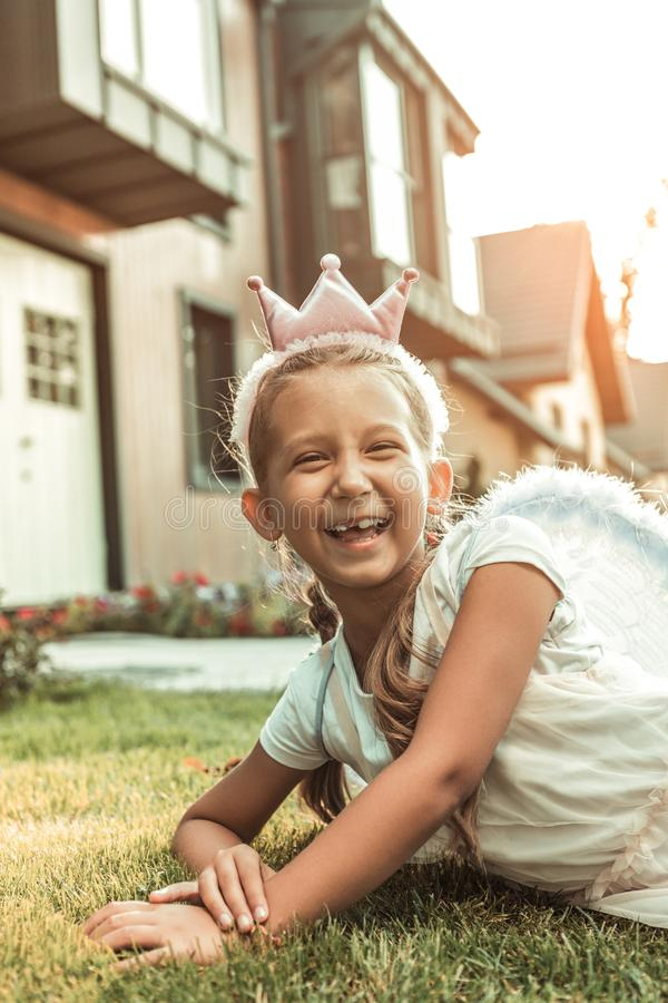 Vrolijk knap meisje die gelukkig met haar tijd het besteden zijn royalty-vrije stock fotografie