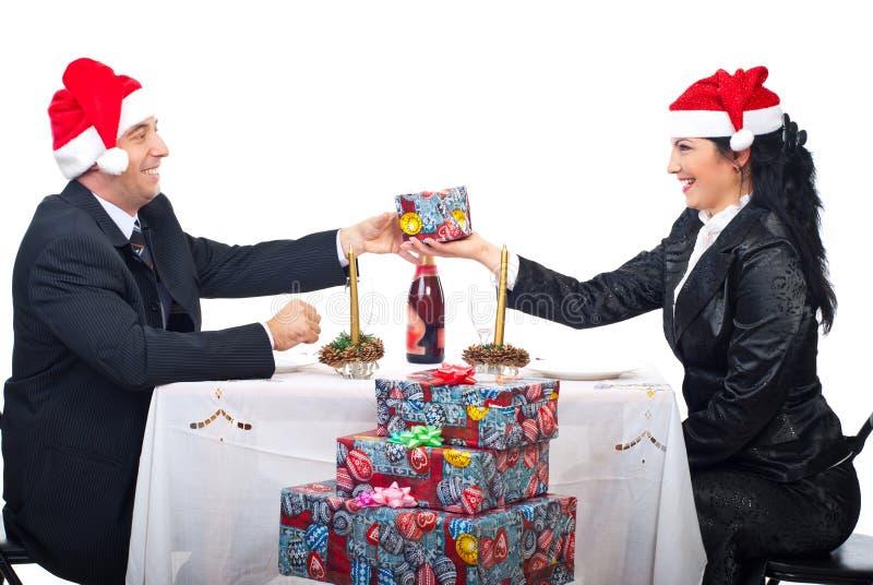 Vrolijk lachend paar bij de lijst van Kerstmis royalty-vrije stock foto