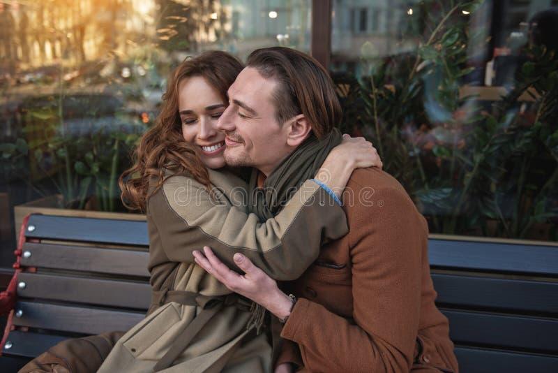 Vrolijk man en vrouwen geknuffel openlucht royalty-vrije stock foto
