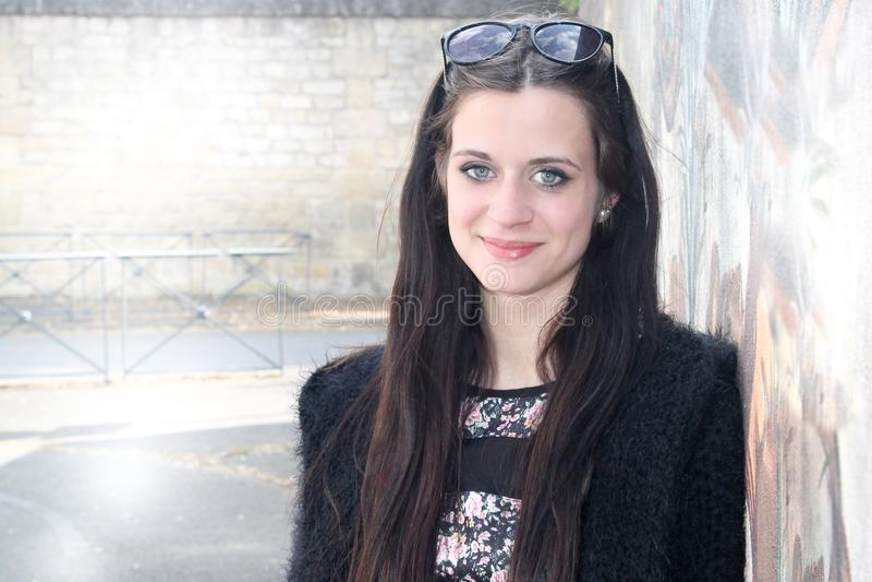vrolijk maniermeisje in stadsstraat het glimlachen royalty-vrije stock foto