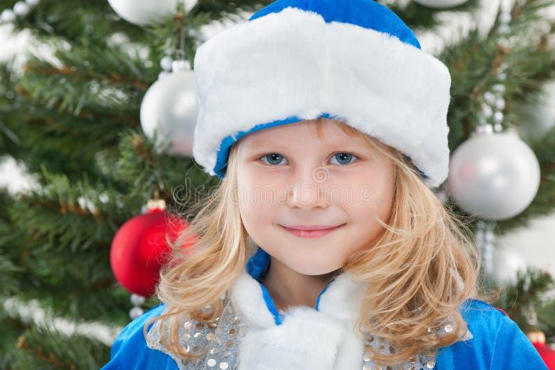 Vrolijk meisje bij de Kerstmisboom stock foto