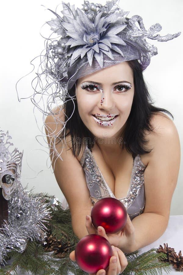 Vrolijk meisje bodyart met de rode bal van Kerstmis stock foto