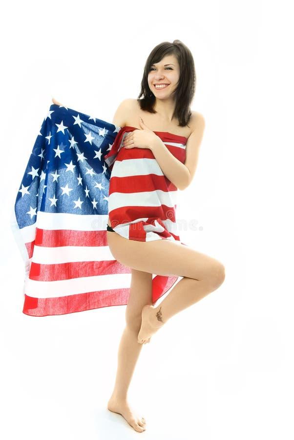 Vrolijk Meisje Dat In De Amerikaanse Vlag Wordt Verpakt Stock Foto's