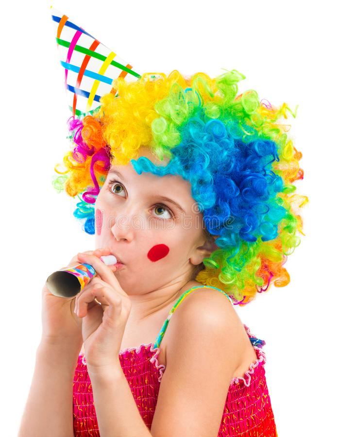 Vrolijk meisje in de krullende clownpruik en ventilator van de partijhoorn stock afbeeldingen