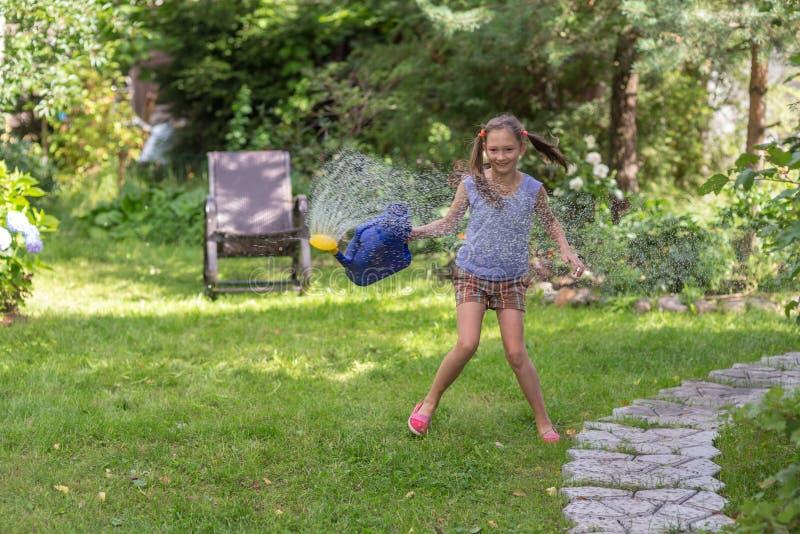 Vrolijk meisje in de zomer royalty-vrije stock foto's