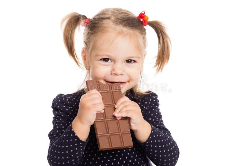 Vrolijk meisje die chocolade eten royalty-vrije stock fotografie