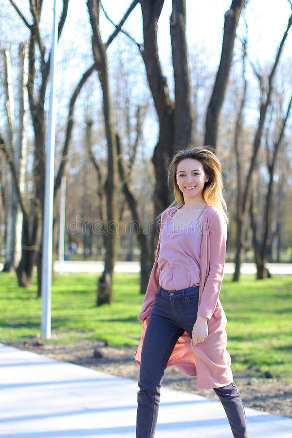 Vrolijk meisje die in de lentepark rusten royalty-vrije stock afbeeldingen