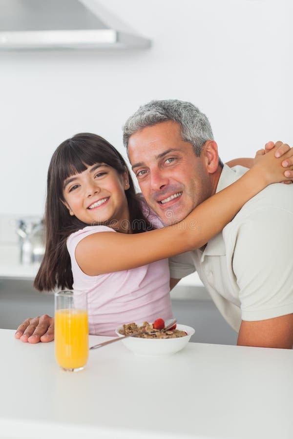 Vrolijk meisje die een omhelzing geven aan haar vader royalty-vrije stock foto