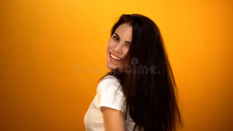 Vrolijk meisje die en voor camera glimlachen stellen, die websiteprofiel, geluk dateren stock fotografie