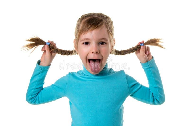 Vrolijk meisje die grappig gezicht maken Portret van emotioneel jong geitje Grappig meisje dat op witte achtergrond wordt ge?sole stock afbeeldingen