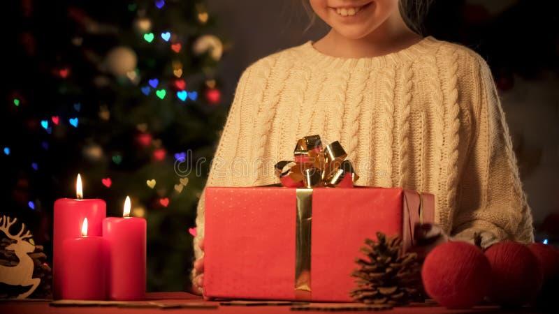 Vrolijk meisje die van Kerstmis huidig in grote heldere giftdoos genieten, verrassing stock afbeelding