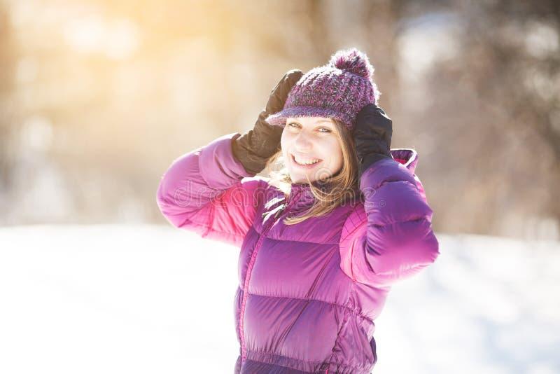 Vrolijk meisje in een gebreide hoed en vuisthandschoenen stock afbeeldingen
