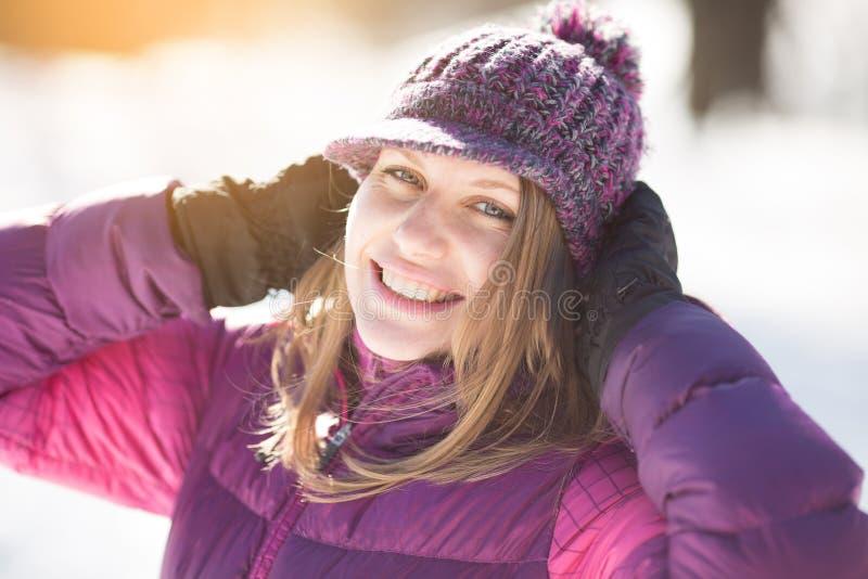 Vrolijk meisje in een gebreide hoed stock afbeeldingen