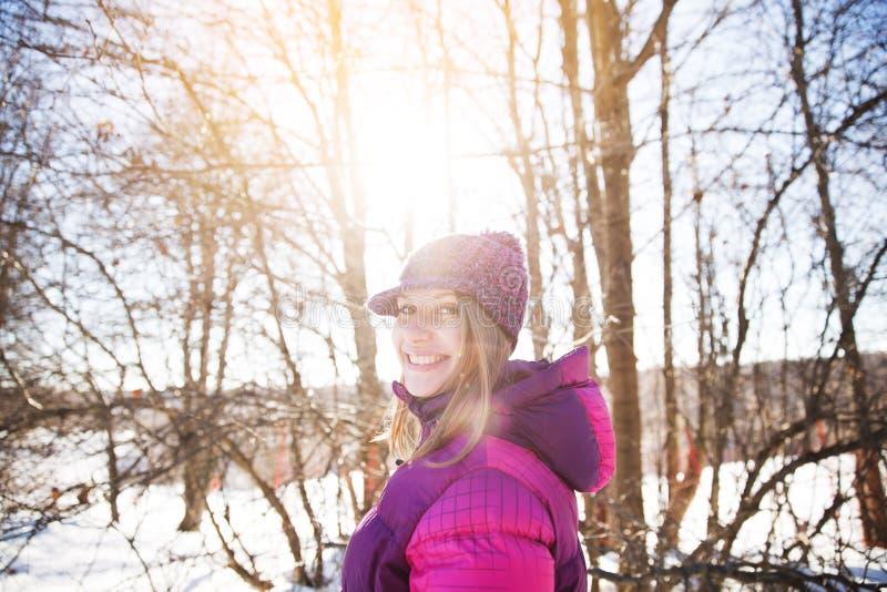 Vrolijk meisje in een gebreide hoed stock foto