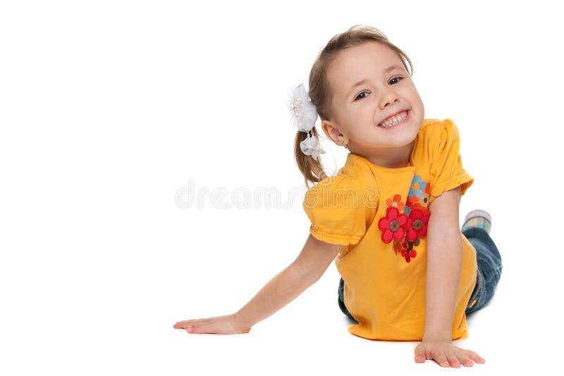 Vrolijk meisje in een geel overhemd stock afbeelding