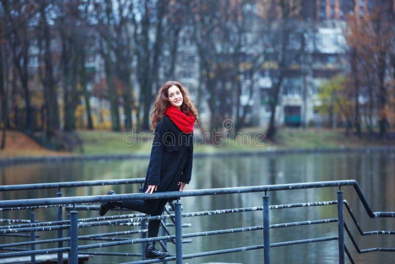 Vrolijk meisje in een park royalty-vrije stock afbeeldingen