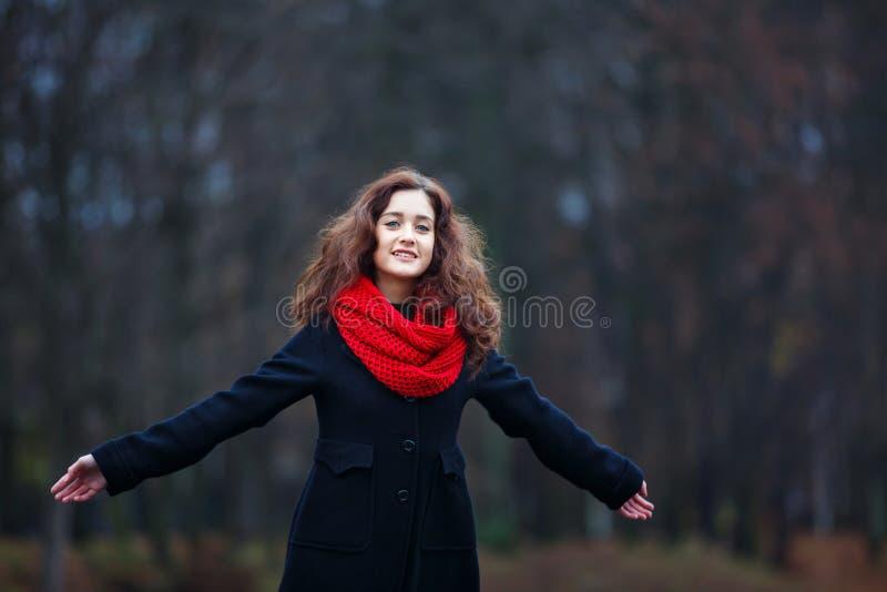 Vrolijk meisje in een park stock fotografie