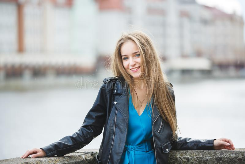 Vrolijk meisje in een stad royalty-vrije stock afbeelding