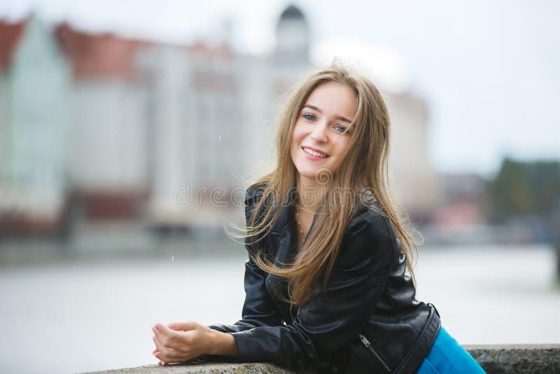 Vrolijk meisje in een stad stock foto's