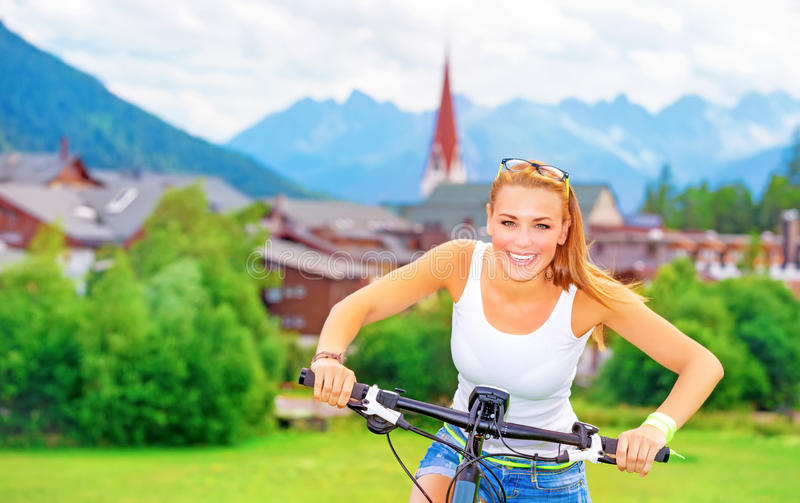Vrolijk meisje in fietsreis stock fotografie