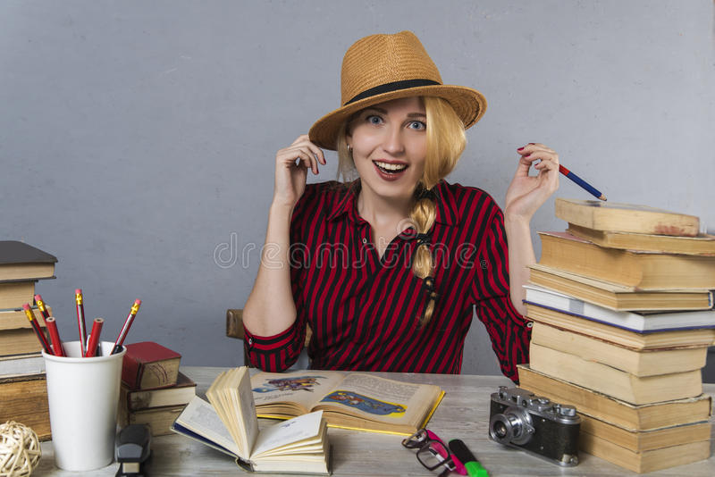 Vrolijk meisje in hoed met boeken royalty-vrije stock afbeelding