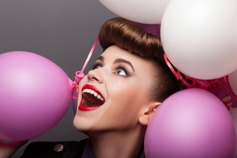 Vrolijk Meisje met de Ballons die van de Lucht Pret hebben - Uitdrukking royalty-vrije stock fotografie