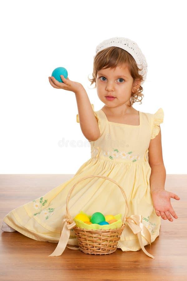 Vrolijk meisje met de mand van Pasen stock foto