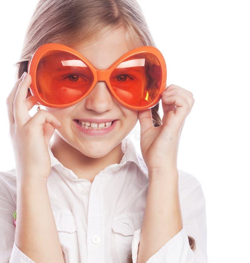 Vrolijk Meisje met Grote Oranje die Glazen op Whi wordt geïsoleerd stock foto