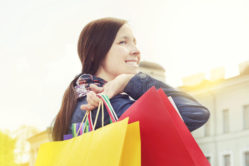 Vrolijk meisje met het winkelen zakken stock afbeelding