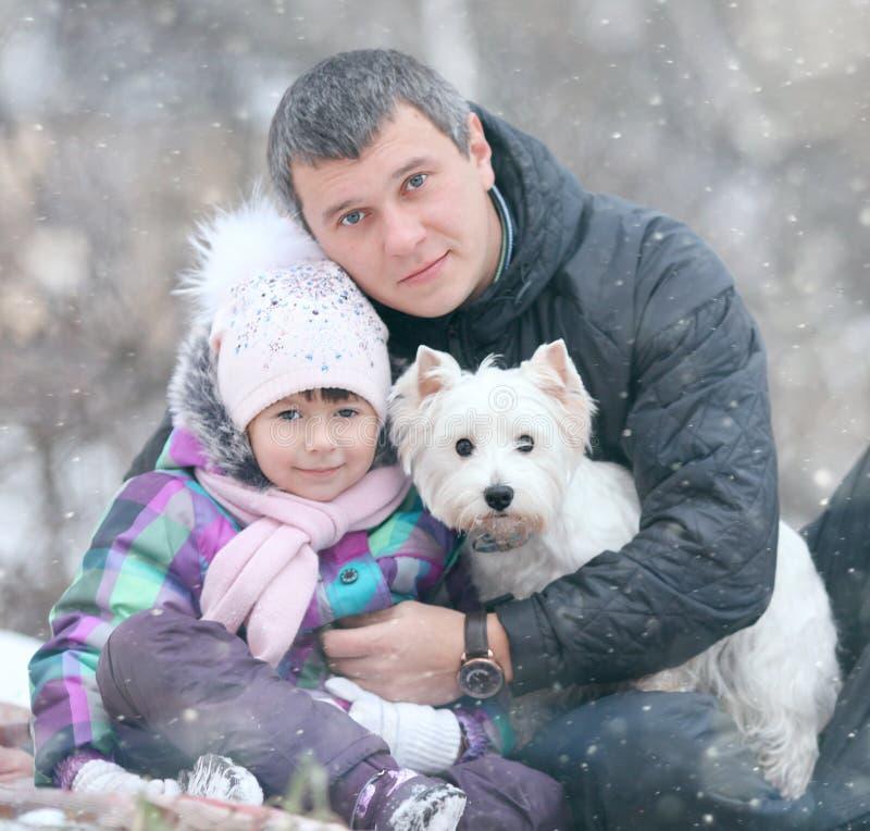 Vrolijk meisje met mijn papa en weinig hond royalty-vrije stock afbeeldingen