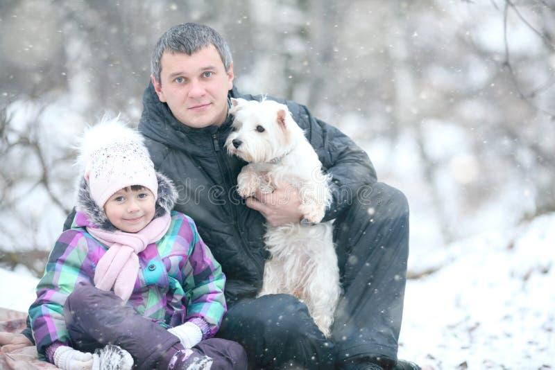 Vrolijk meisje met mijn papa en weinig hond royalty-vrije stock afbeelding