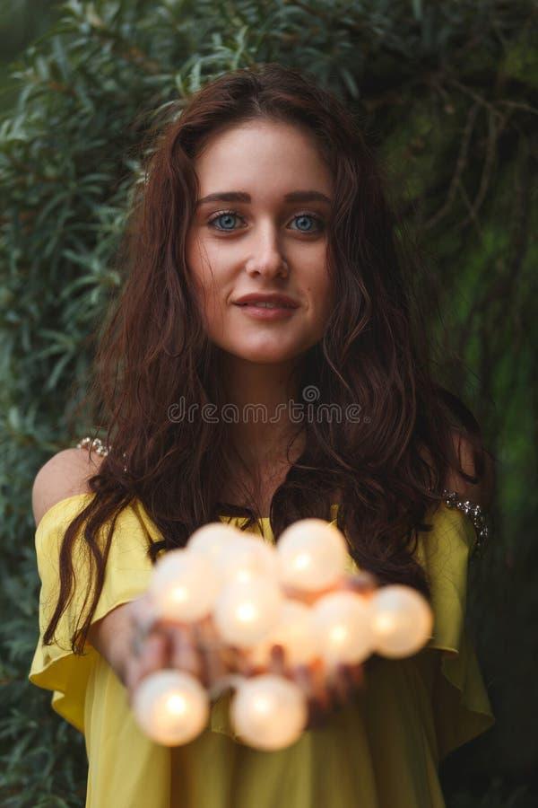 Vrolijk meisje met slingers royalty-vrije stock fotografie