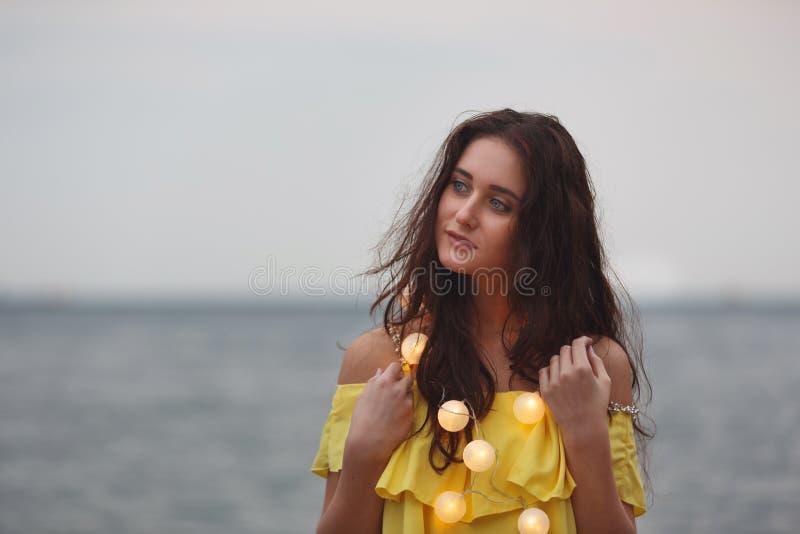 Vrolijk meisje met slingers royalty-vrije stock afbeelding