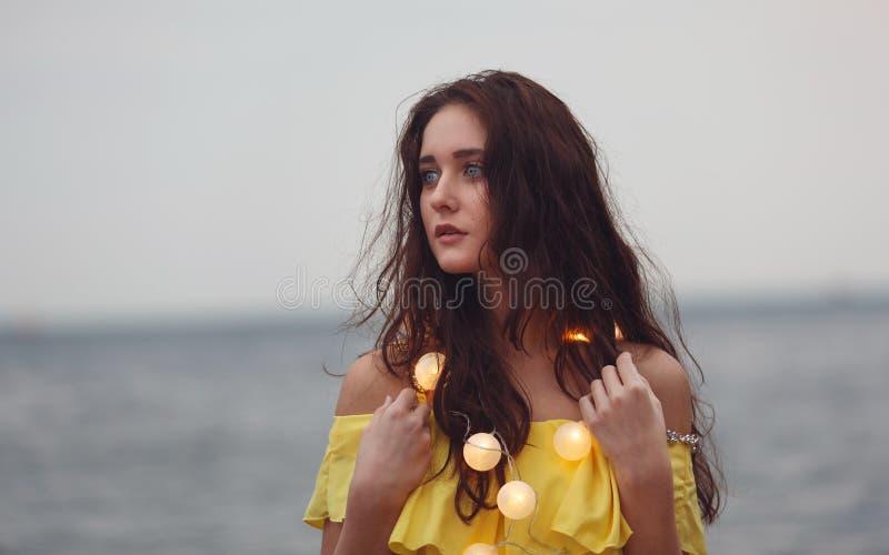 Vrolijk meisje met slingers stock afbeelding