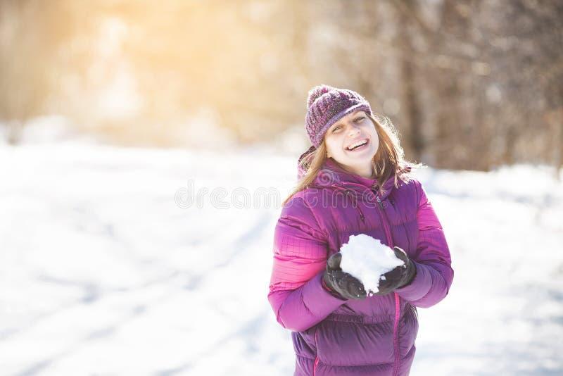 Vrolijk meisje met sneeuw in haar handen royalty-vrije stock foto's