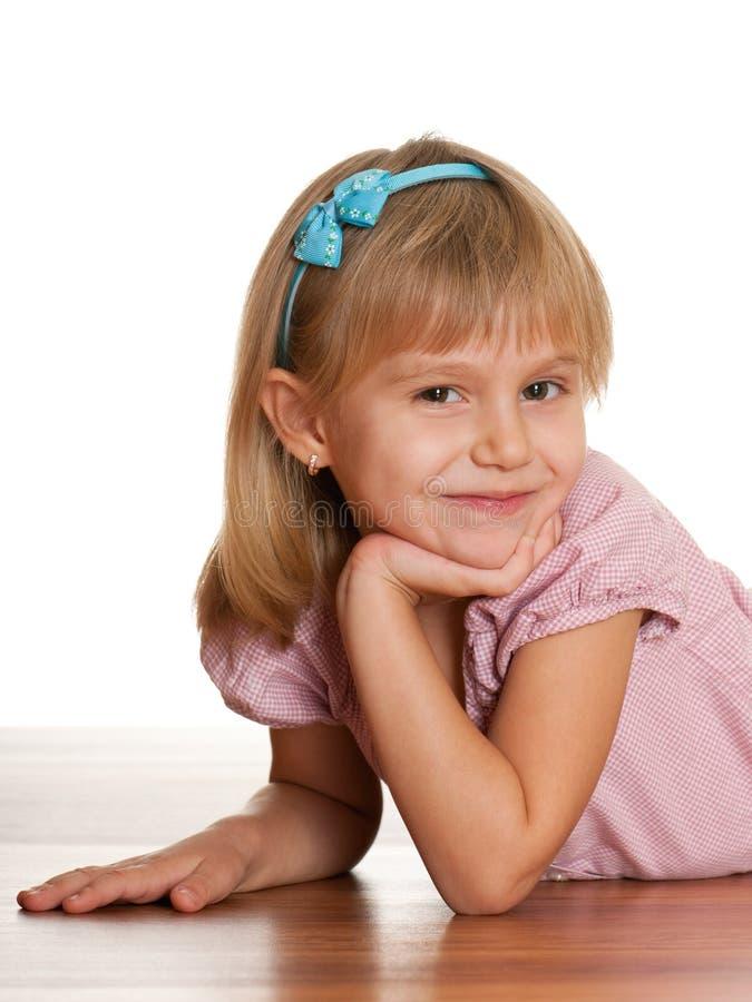 Vrolijk meisje op de houten vloer royalty-vrije stock fotografie