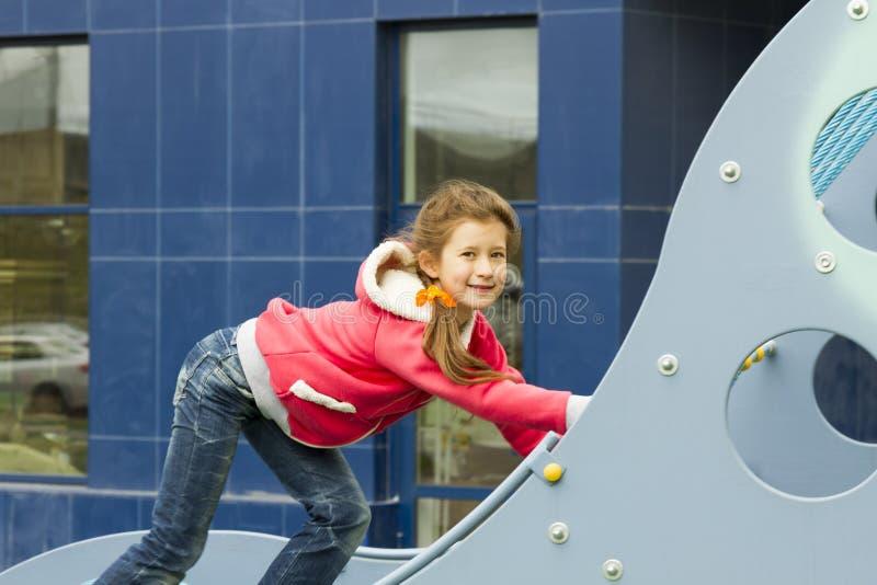 Vrolijk meisje op de speelplaats royalty-vrije stock fotografie