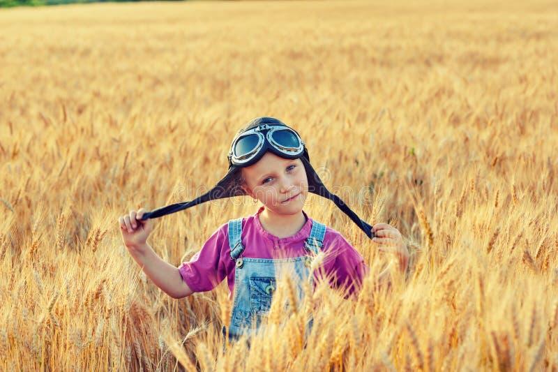 Vrolijk meisje op een gang dichtbij het gebied met tarwe royalty-vrije stock foto