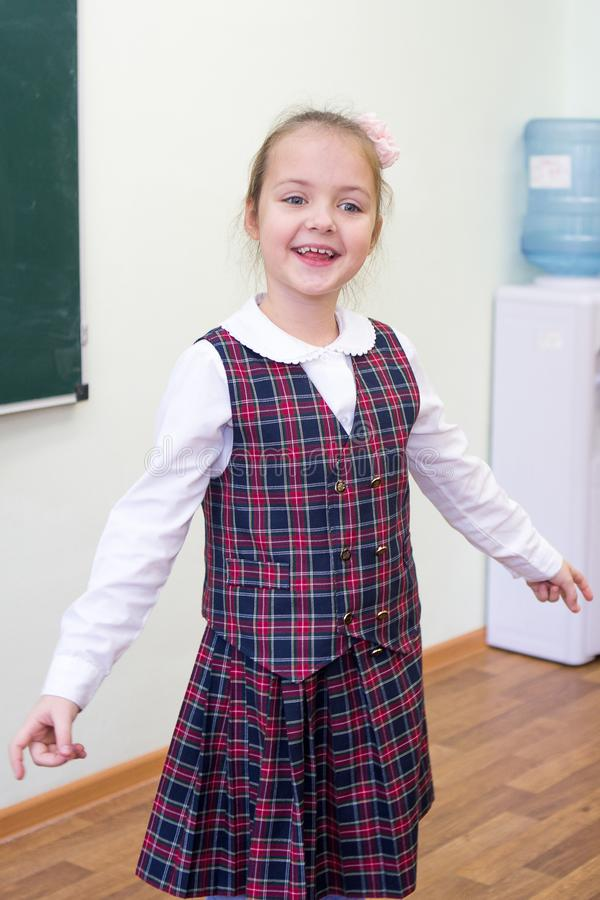 Vrolijk meisje in schoolklasse Lage school Portret van een kind royalty-vrije stock fotografie