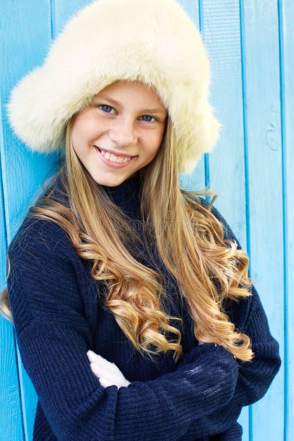 Vrolijk meisje in warme sweater royalty-vrije stock afbeeldingen