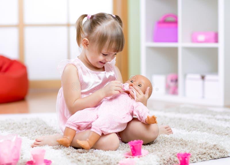 Vrolijk meisjespel in kleuterschool stock afbeeldingen